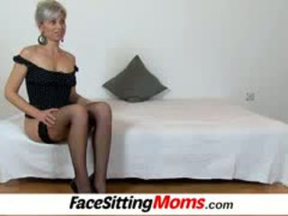 Beate sebuah seksi tungkai kaki mama laki-laki facesitting dan alat kemaluan wanita eating