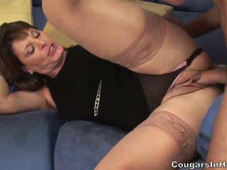 Gorące mamuśka hoe sucks jej sons friends duży boner