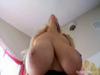 Kelly madison having lõbu koos tema hiiglane loomulik titties edasi tema voodi