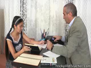 Detta asiatiskapojke studenten är loving den uppmärksamhet från henne handledare