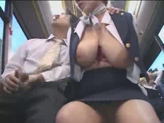 Rondborstig amerikaans tiener betast in japan publiek bus video-