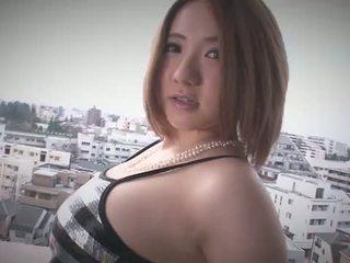 Alice ozawa gives een japan pijpen en fucks two guys