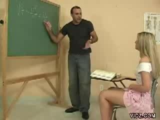 Terangsang guru tiang merek pelajar menunjukkan alat kemaluan wanita