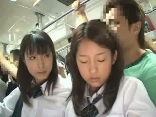 Two schoolgirls nahmatané v a autobus