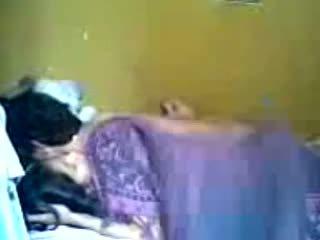 Idonesisk romantic tenåring par gjøre kjærlighet i soverom