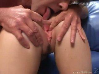Elizabeth lawrence gets të saj i ngushtë pak bythë fucked ndërsa being fingered