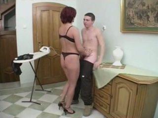 Rdečelaske milf gets analno od a mlada man na the stairs