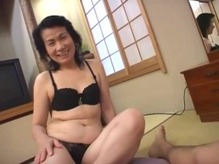 Възрастни азиатки блудница loves смучене космати чеп