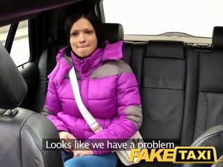 Faketaxi ženska s velika naravna prsi rides tič