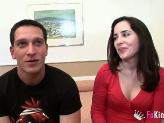 Unge og tynn lover fucks appetizing milf i foran av henne mann.