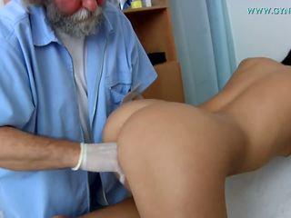 Médicos examination por um curious médico.