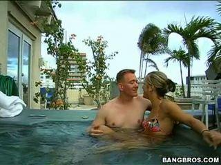 Miere kara novak enjoys blowing o greu dong în tthis guy piscina afara