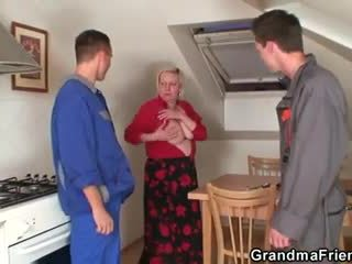 Menjijikan perempuan tua spreads dia tungkai kaki untuk two cocks