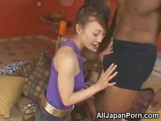 Liten och nätt asiatiskapojke sucks 10 inch svart kuk!