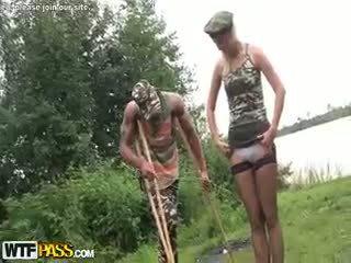 Sõjavägi jõuk bang koos kuum blond