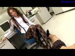 辦公室 女士 在 panthose getting 她的 腳趾 sucked giving 腳功封口 而 sitting 上 該 椅子 在 該 辦公室