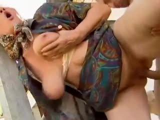 2 ladang nenek seduced oleh muda lelaki