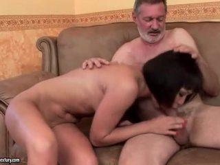 Exótica adolescente follando viejo hombre