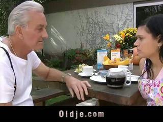 Oldje: grootvader david pounds een heet tiener in zijn yard