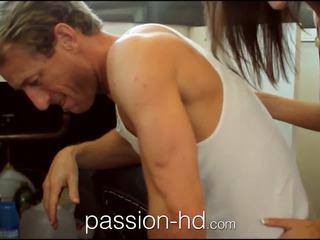 Passion-hd plumber lays hans pipe i kåt tenåring jente