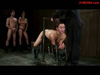 Gadis tied untuk metal bingkai di doggy getting dia alat kemaluan wanita dan mulut kacau oleh wanita simpanan dengan strapon dan menguasai di itu penjara