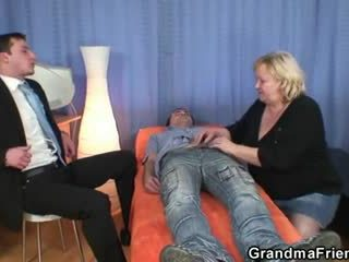 Blonda bunicuta gets slammed de two dicks