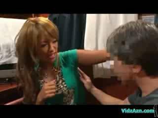 Solbrun jente getting henne armhule kroppen analhole og puss licked på den mattress i den cabin