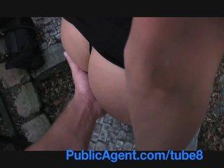 Publicagent baise une grand brunette sur public pathway