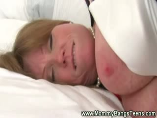 MILF gets pussysucked by chick chick