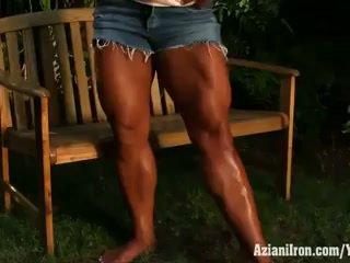Aziani σίδερο amber deluca flexing αυτήν biceps και τεράστιος πίσω