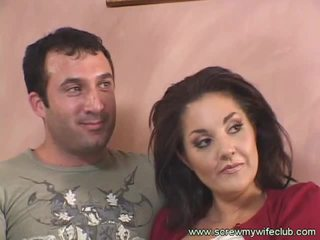 Brunette femme fucks vieux guy tandis que hubby watches