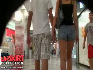 该 热 denim 牛仔裤 女孩 was walking 同 她的 bf 但 它 didn