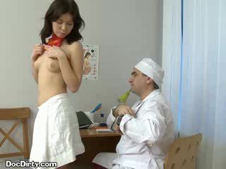 Brunett lets henne doktorn spread henne puss