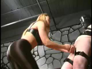 Schlecht tortured sklave has seine eier kicked von extrem domina