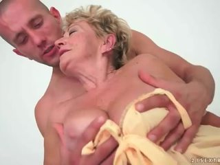 جدة enjoys حار جنس مع شاب رجل