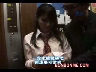 Japonais écolière gives heureux guy une pipe en elevator 01