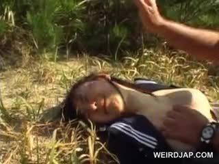 Innocent الآسيوية مدرسة فتاة قسري إلى المتشددين جنس في الهواء الطلق
