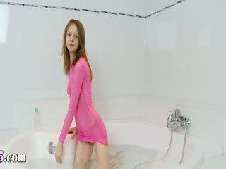 Italienska super slender modell på den bath