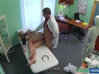 Médico banged sexo loira em sua cabinet.