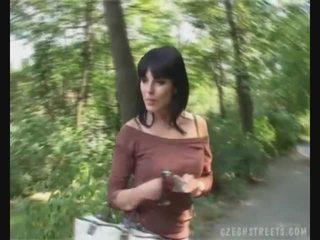 Tjekkisk jente suging kuk på den gate til penger