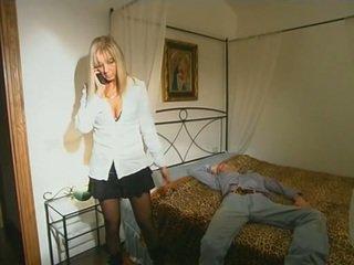 Blond step-mom im strümpfe seducing sohn