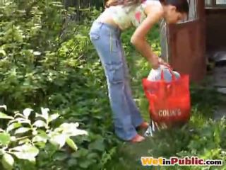 Strada tettona pupa urinated se stessa