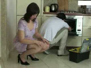 家庭主婦 和 repairman 視頻