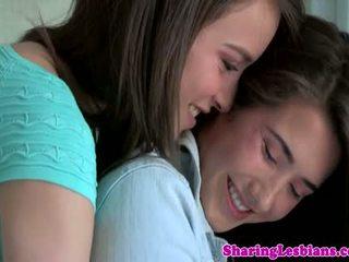 真棒 的lesbo 青少年 licking 毛茸茸 boxes