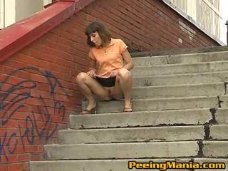 Impressive ブルネット ティーン shares 彼女の プッシー とともに ストリート
