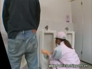 สาธารณะ ใช้ปากกับอวัยวะเพศ ใน the mens ห้องน้ำ