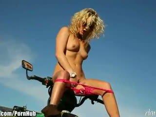 Kiara diane - daringsex solo outdoors masturbation 在 该 mountains