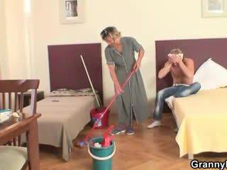 בוגר housemaid gets שלה כוס filled עם זין