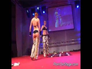 2 kanak-kanak perempuan dalam lesbie showcase dengan awam