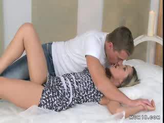Krūtinga blondinė mama licked ir pakliuvom į miegamasis